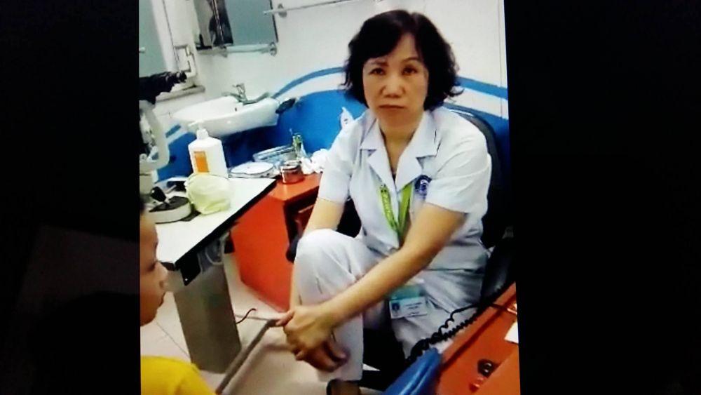 Bác sĩ đặt chân lên ghế bị tạm dừng chuyên môn để điều tra vụ việc