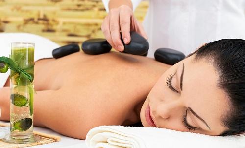 Massage trị liệu bằng đá nóng có lợi hại gì?